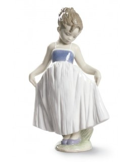 Figura Niña Mira Mi Vestido