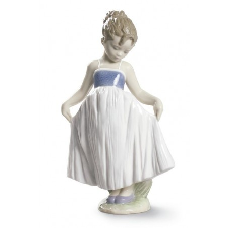 FIguras regalo de Lladró Figura Niña Mira Mi Vestido
